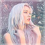 Аватар Красивая девушка с длинными белыми волосами стоит под деревом в лесу