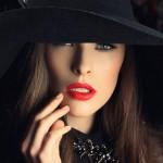 Аватар Девушка в шляпе держит руку у лица