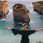 Аватар Девушка стоит к нам спиной, любуясь видом на море, фотограф Dean Raphael