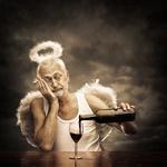 Аватар Старик - ангел с ореолом над головой наливает из бутылки вино в бокал