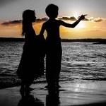 Аватар Силуэты мальчика с девочкой, стоящих у моря