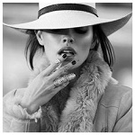 Аватар Девушка в шляпе и с кольцами на пальцах