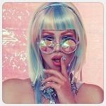 Аватар Девушка в интересных очках держит палец у рта