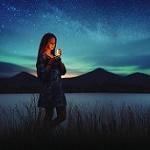 Аватар Девушка стоит у воды на фоне гор