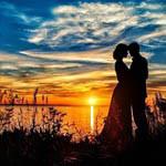 Аватар Силуэты обнимающихся влюбленных на берегу реки на фоне солнечного заката