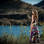 Аватар Девушка стоит у реки