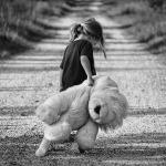 Аватар Девочка с мягкой игрушкой в руке идет по дороге