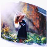 Аватар Девушка запрокинула вверх голову навстречу лучам теплого осеннего солнца