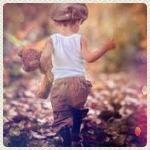 Аватар Мальчик с игрушечным мишкой идет по осенней листве