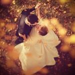 Аватар Пара молодоженов кружат в танце под падающими осенними листьями