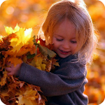 Аватар Маленькая девочка держит в руках охапку осенних листьев