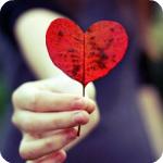 Аватар В руках девушки осенний лист в форме сердца