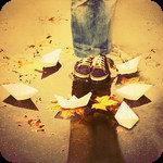 Аватар Девушка в джинсах и кедах стоит в луже, вокруг ее ног плавают бумажные кораблики и лежат намокшие желтые осенние листья