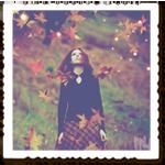 Аватар Девушка в осеннем лесу среди опадающих листьев