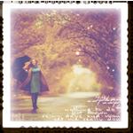 Аватар Девушка с зонтом на дороге осеннего парка