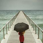 Аватар Девушка с зонтом стоит на мосту