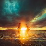 Аватар Парень с девушкой в воде на фоне солнца