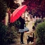 Аватар Девочка с зонтиком, в кедах, стоит перед котенком