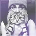 Аватар Девушка в шапочке держит на руках полосатого кота