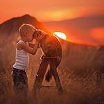 Аватар Мальчик обнимает кота на фоне заката, фотограф Lisa Holloway
