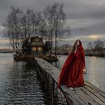 Аватар Девушка в красном плаще с фонарем в руке стоит на мосту, фотограф Ирина Джуль