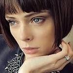 Аватар Модель Коко Роша держит руку у лица