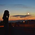 Аватар Девушка с сигаретой стоит на фоне ночного города, фотограф ylenia comi