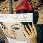 Аватар Девушка держит в руках журнал со своим изображением