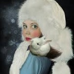 Аватар Девочка с кроликом на плече