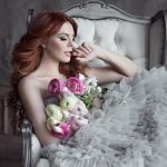 Аватар Анастасия Стоцкая с букетом цветов сидит в кресле