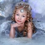 Аватар Девочка, снежный ангел с украшением в виде медальона на голове, в легком платье на фоне снежных бликов