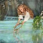 Аватар Девочка в лодке опускает венок из цветов в воду на фоне вьющихся растений