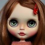 Аватар Кукольное личико с большими голубыми глазами и заколкой в волосах