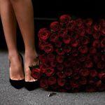 Аватар Букет роз у ног девушки