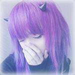 Аватар Девочка с сиреневыми волосами держит руку у лица