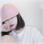 Аватар Темноволосая девушка в белой футболке и розовой кепке