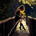 Аватар Девушка стоит на мосту, by Novic