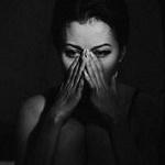 Аватар Плачущая девушка держит руки на лице, by Novic
