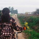 Аватар В руке девушки веточка мимозы, by Agustín Galeano