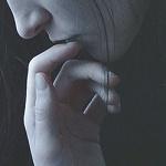 Аватар Задумчивая девушка держит руку у лица