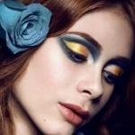 Аватар Девушка с голубой розой в волосах