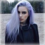 Аватар Девушка с голубыми волосами на фоне леса
