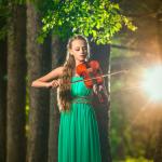 Аватар Девушка играет на скрипке на фоне природы, фотограф Александр Халаев