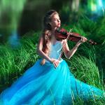 Аватар Скрипачка Наташа Кочнева в нежно - голубом платье играет на скрипке, сидя на траве у водоема