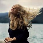 Аватар Девушка с закрытыми глазами, с поднятой головой вверх, сидит на камне, на фоне морского пейзажа