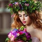 Аватар Девушка в венке с букетом цветов