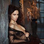 Аватар Девушка стоит у стены, фотограф Fedor Shmidt