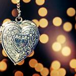 Аватар Сердечко на цепочке на фоне боке, фотограф Essa Al Mazroee
