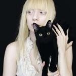 Аватар Девушка с черным котенком