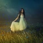 Аватар Девушка в светлом платье стоит в цветущем поле